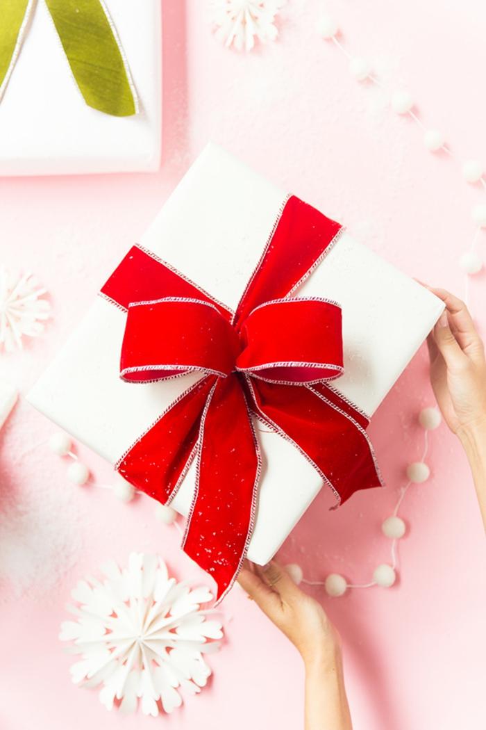 Schritt für Schritt Anleitung, wie man eine Schleife bindet, Weihnachtsgeschenke schön verpacken und verzieren
