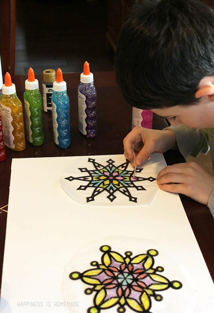 schneeflcoken selber machen schneeflocke schablone auf glas malen klebestoff farbe