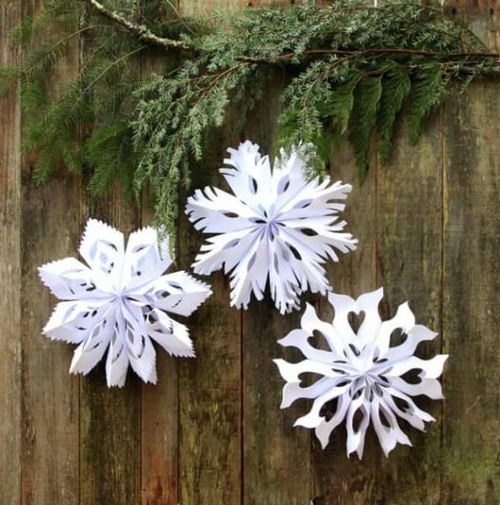 schneeflocken aus papier basteln schneeflocken ausschneiden vorlage anleiung deko weihnachten große weiße schneeflocken selber machen