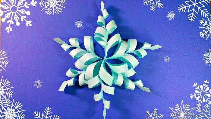 eine grüne Schneeflocke aus grünem Papier gebastelt wie Blume auf Schneeflocken Hintergrund
