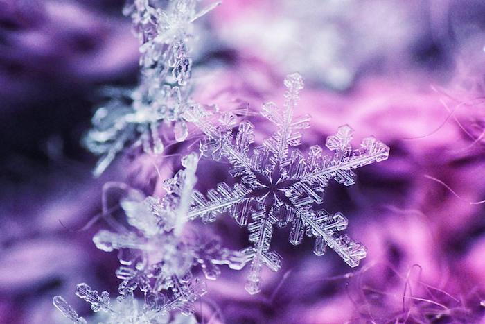 kleine Schneeflocken aus durchsichtigen Material im Winter Fensterdeko basteln
