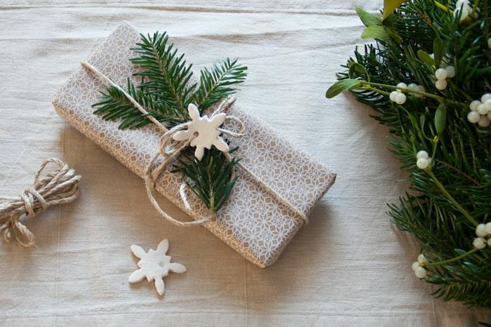 schneeflocken ausschneiden basteln vorlagen aus salzteig weihnachtsdeko geschenke packen