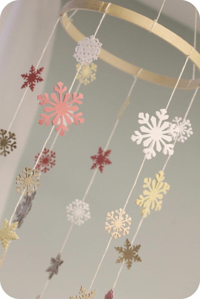 schneeflocken ausschneiden selber machen schneeflocken girlande basteln basteln vorlagen weihnachten schneefloken rosa weiß beige