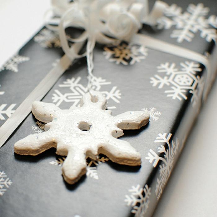 schneeflocken basteln aus teig schneeflocken ausschneiden salzteig formen deko zu weihnachtsgeschenk