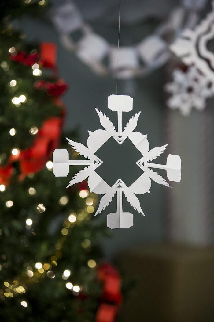 Schneeflocken aus Papier - ein sehr zartes Design mit Flügeln auf dem Weihnachtsbaum