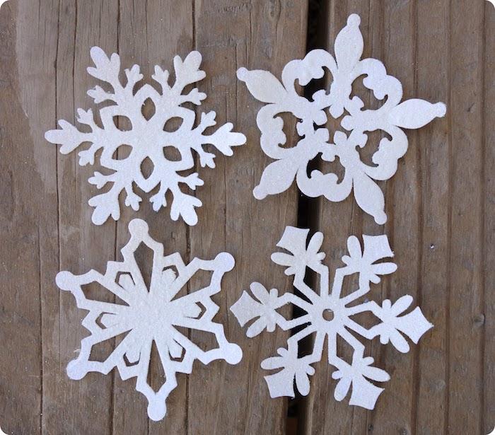 Schneeflocken aus Papier - vier verschiedene Stücke mit einzigartigen Designs