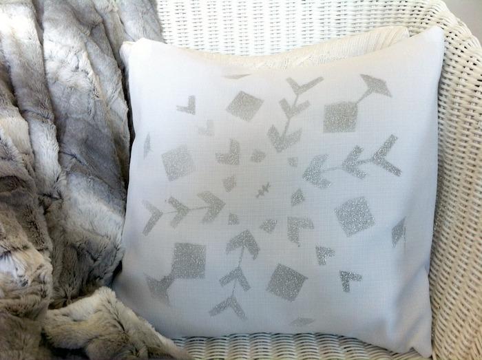 Schneeflocken basteln - ein Kissen mit Schneeflocken Motive selber bedrucken