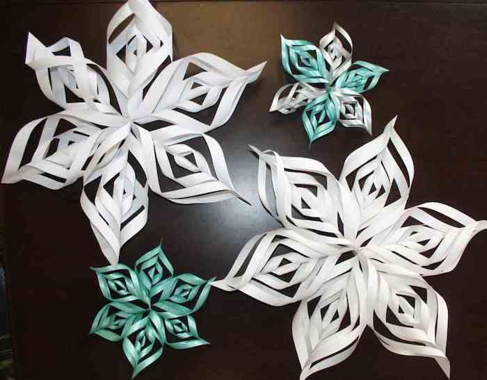 weiße und grüne Schneeflocken aus Papier interessant gefaltet in Grün und Weiß
