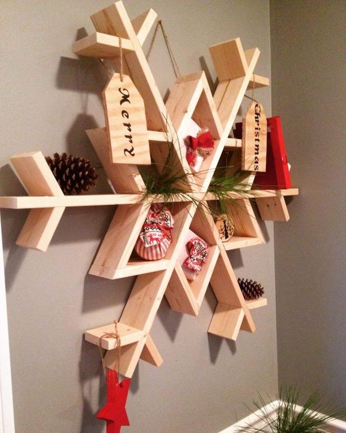weihnachtliches Schneeflocken Regal mit verschiedenen Verzierungen - Schneeflocken Bilder