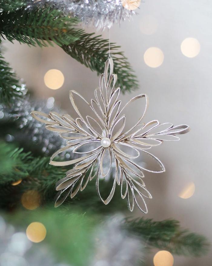 schneeflocken einfach basteln aus karton mit perlen scherenschnitt schneeflocken schöne deko weihnachten