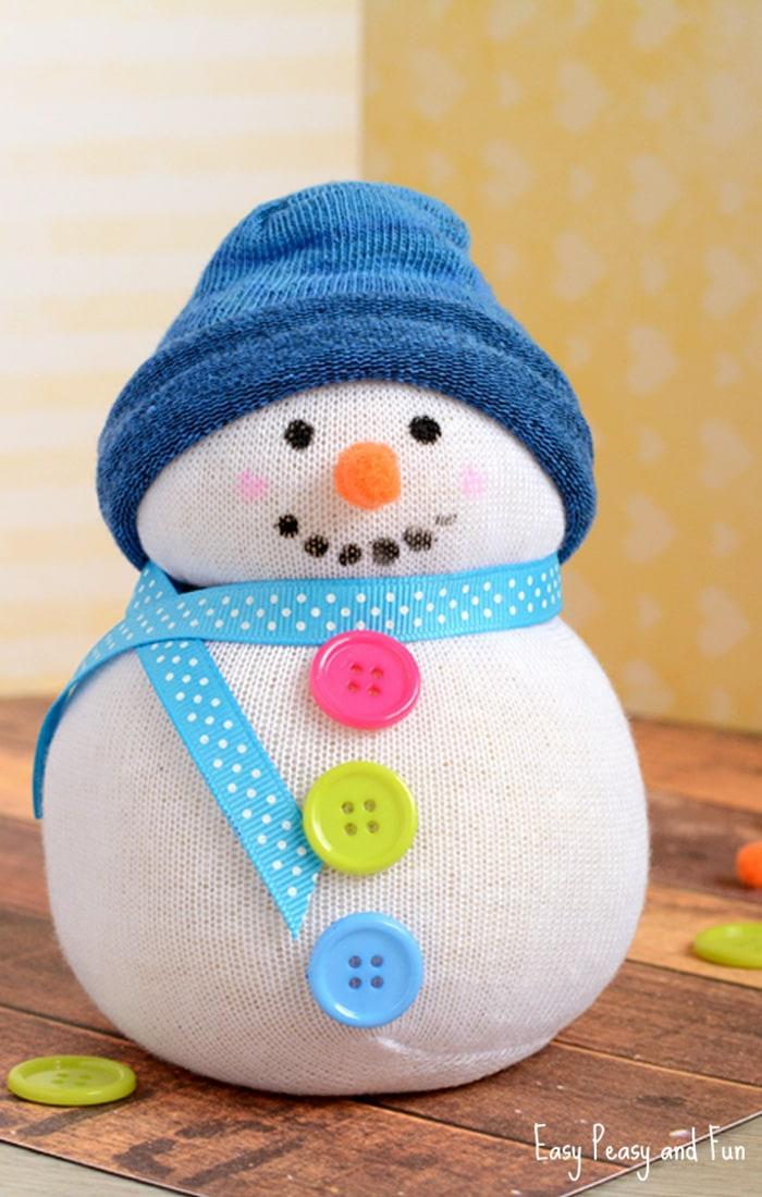 Schneemännchen mit Mütze, Schal und bunten Knöpfen selber nähen, süße Weihnachtsdekoration