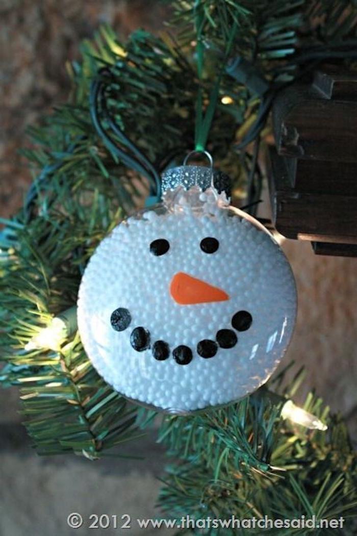 kleiner weißer schneemann mit schwarzen augen und einer orangen nase - schneemann basteln styropor