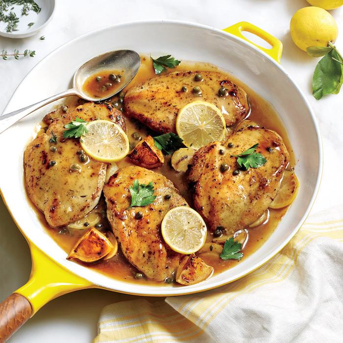 low carb essen pfanne fleisch stücke in der pfanne zitronnenscheiben gemüse essen und genießen koch rezepte