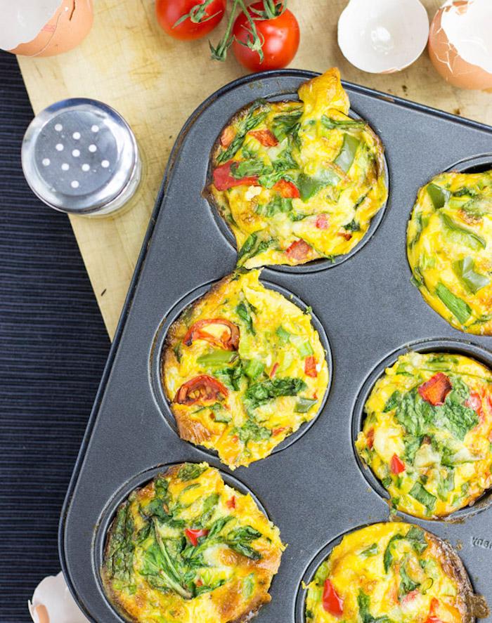 low carb essen muffins eierspeise muffins muffin ideen gemüse spinat cherry tomaten salz frühstpcksideen