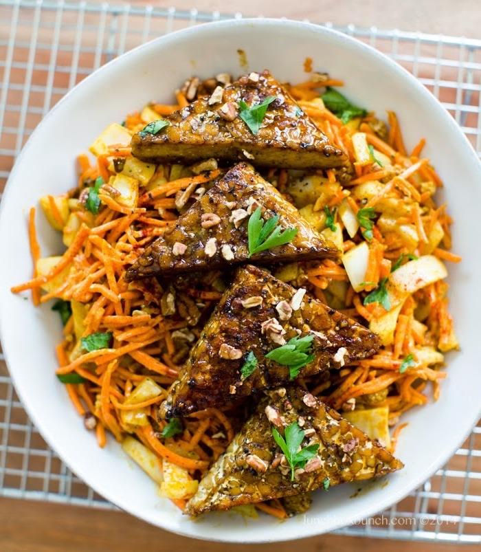 low carb essen käse dreieck stücke mit walnüssen petersilie auf salat mit möhren und äpfeln runde teller