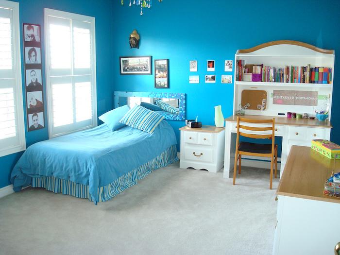 Jugendzimmer gestalten - blaue Wände, blaue Bettwäsche, ein weißer Schreibtisch, weißer Teppich