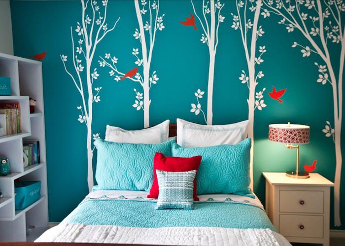 Jugendzimmer gestalten - blaue Wände mit Bäumen Wandtattoo, abgestimmte Möbel