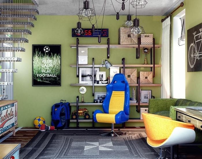 grauer Teppich, Couch Jugendzimmer, ein gelber Stuhl, ein Poster mit Fußball Thema