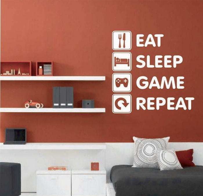 eine rote Wand mit dem Alltag von dem Jugendlichen beschrieben - Couch Jugendzimmer
