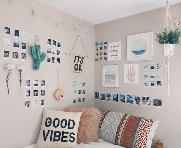 ein Shabby Chic Teenager Zimmer mit vielen Sachen, die an den Wänden hängen