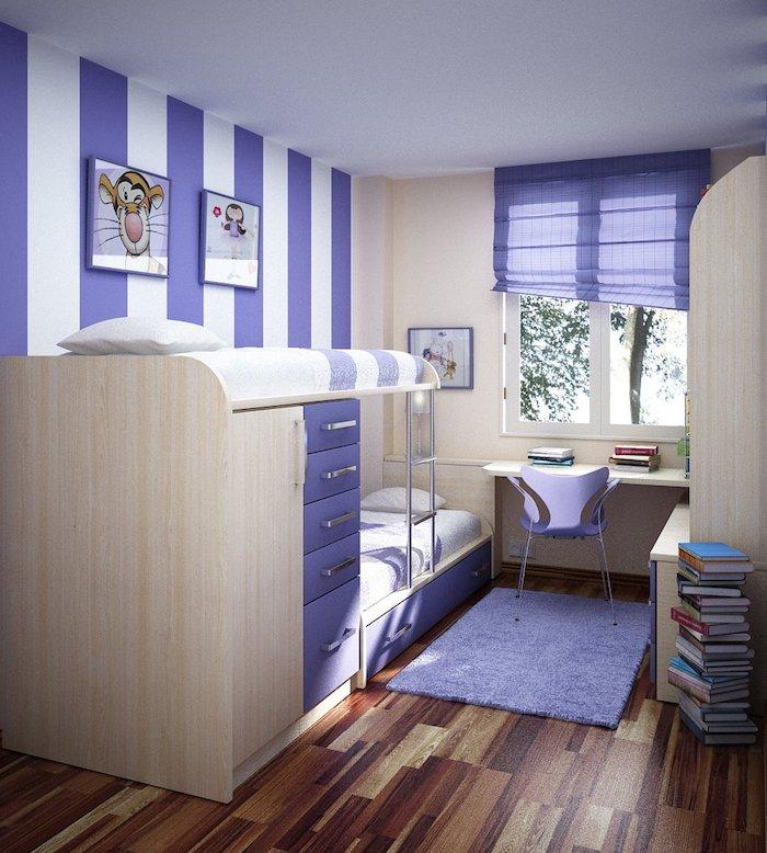 gestreifte Wände in lila und weißer Farbe, lila Teppich und lila Stuhl, zwei Wandbilder