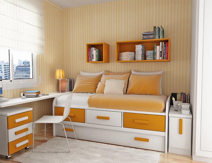 Jugendzimmer Ideen - oranges Bett, ein niedriger Schreibtisch mit weißem Stuhl