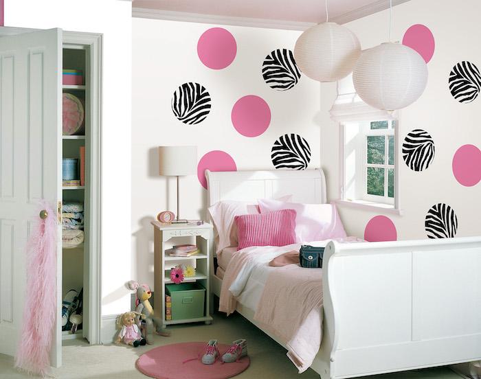 Jugendzimmer Ideen - lila und schwarze Dekorationen an den Wänden, zwei chinesische Lampenschirme
