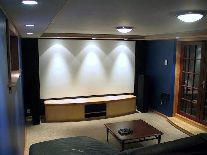 schrankwände wand projektor ideen riesengroßer bildschirm mit besonderer beleuchtung drei lampen über dem schirm
