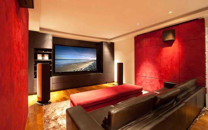 moderne wohnwand rote wandgestaltung rote seitenwände und dunkelgraue fernsehwand coole farbkombinationen