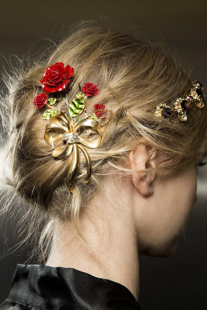 frisurentrends mit haarschmuck blonde haare dunkelblond rote rose in den haaren goldene schleife