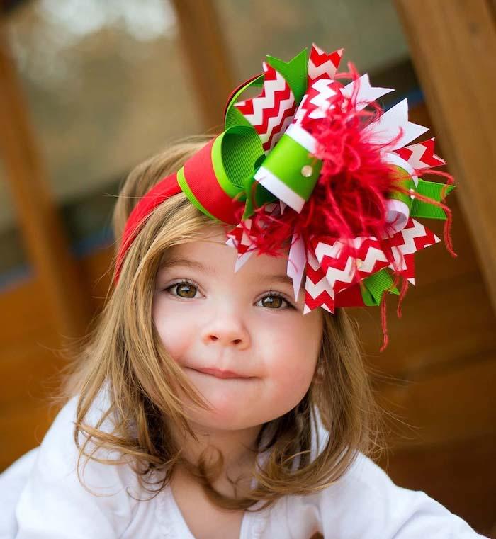 einfache frisuren zu weihnachten schönes kind mit einer diadem kreative idee verzierung