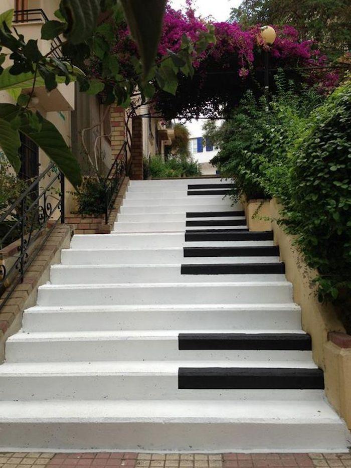 griechenland hauptstadt schönheit überall in der stadt findet man schöne orte treppe klavier klaviertreppe schöne deko der straßen von athen blumen violet farbe schöne grüne pflanzenwuchs