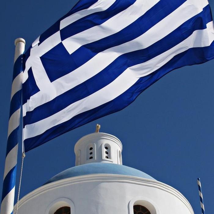 griechenland hauptstadt die fahne von den griechen blau weiße fahne flagge banner kirche oder gebäude in mediterranem stil