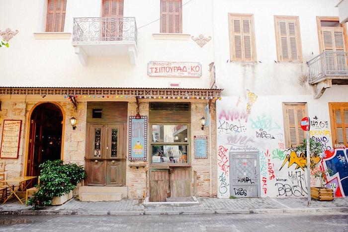 griechenland grafitte straße in athen authentisches flair restaurant stop zeichen auf der straße