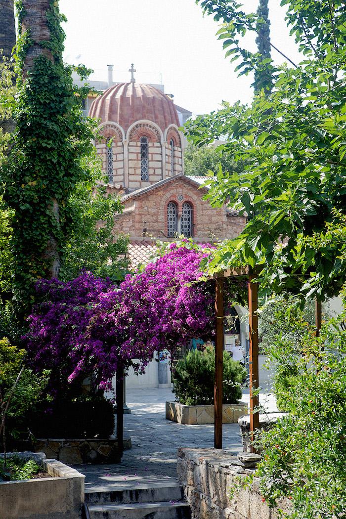 griechenland die schönsten seiten des landes violete blumen bepflanzung kirche orthodox religion in griechenland authentische architektur