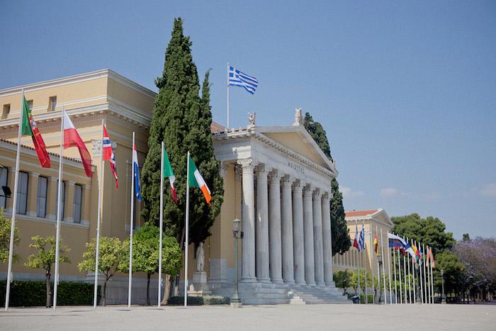 griechenland architektur faszinierend viele fahnen die fahne von griechenland blau weiß gebäude in dem nationalen garten von zappeion