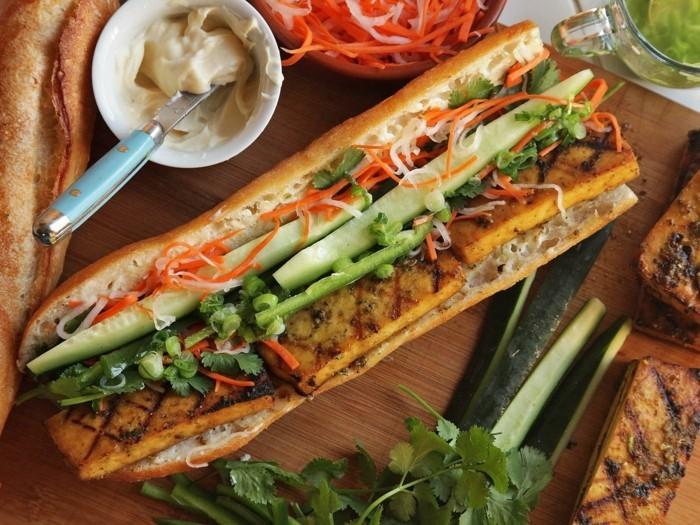 tofu gerichte zum essen auf dem weg sandwich mit gebratenen tofu stücken und grischem gemüse vollkornbrötchen speise hummus aufstrich