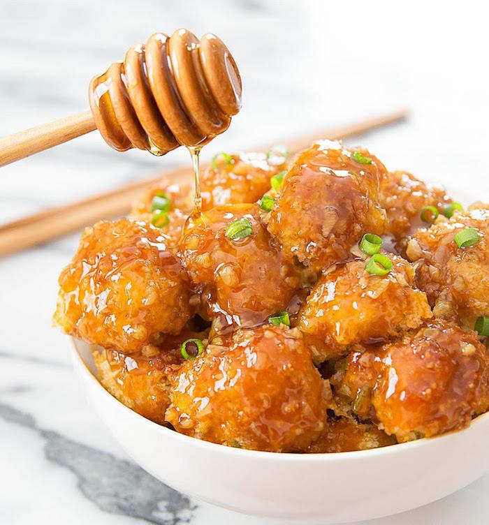 geräucherter tofu mit honig und senf soße und frischer zwiebel schüssel voll mit tofu stückchen