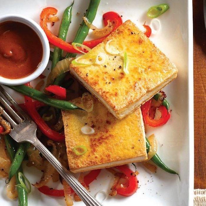 tolle rezepte mit tofu veganer käse käserezepte gegrillt gebräunt mit erbsen paprika tomatensoße und zwiebeln