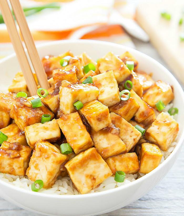 seidentofu rezept zum ausprobieren marinierter tofu gericht mit reis und frische zwiebel grüne blätter schüssel weiß