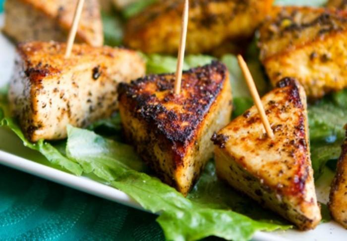 rezept seidentofu dreieckige tofustücke gegrillt oder gebacken serviert auf frischem grünsalat mit stocher partyessen vorspeise