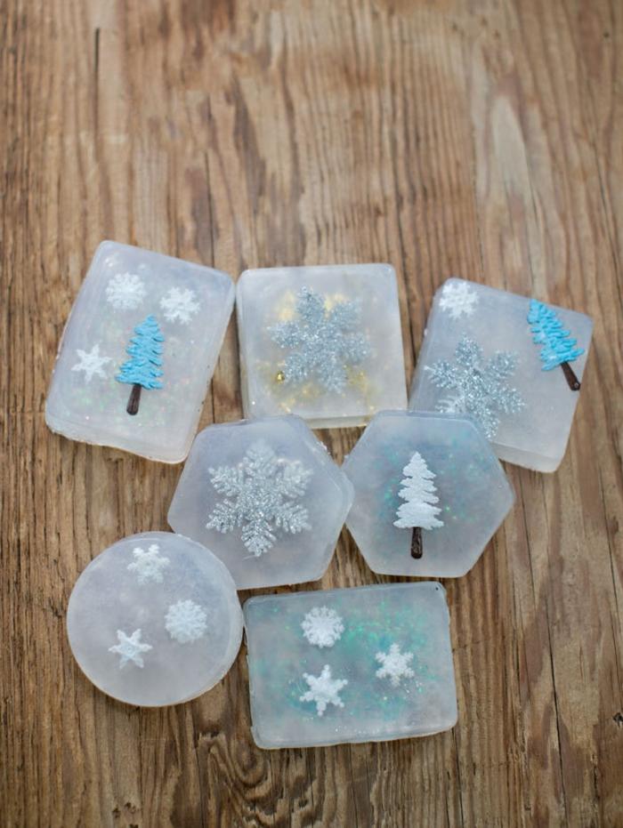 Kreative Geschenkidee zu Weihnachten, Seife mit Christbäumchen und Schneeflocken selber herstellen