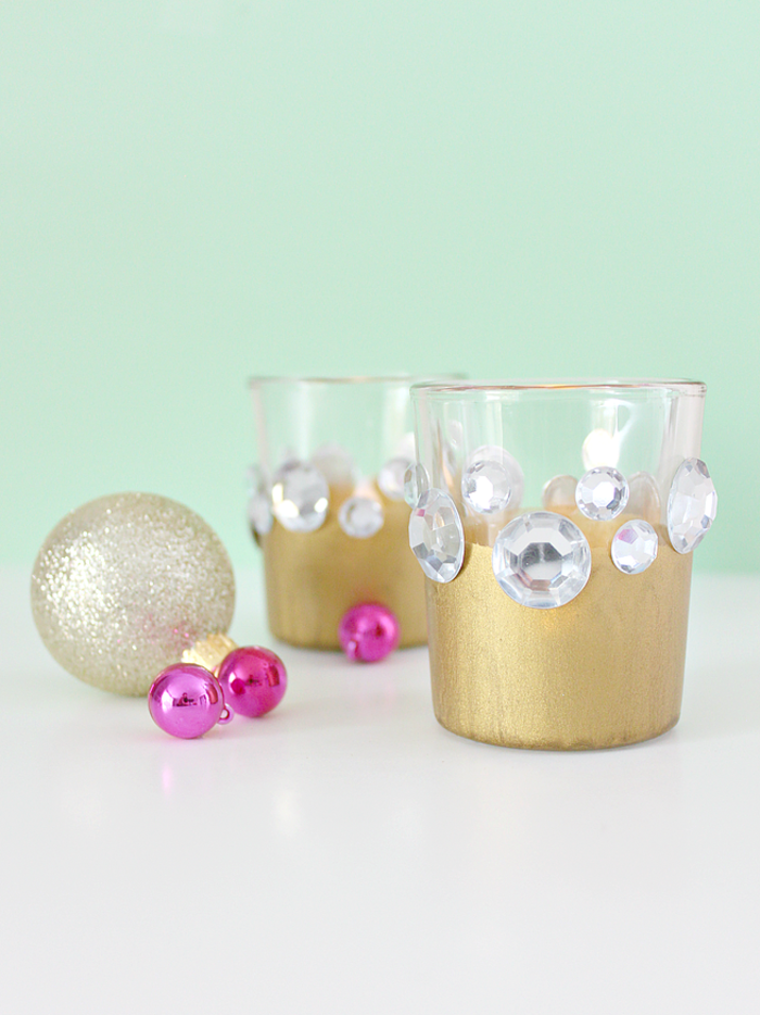 Becher mit goldener Farbe anmalen und Steinchen befestigen, DIY Ideen für Weinachtsgeschenke