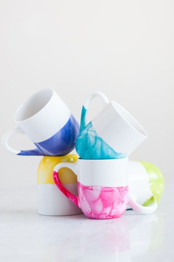 Weiße Tassen mit Nagellack gestalten, Ideen für Weihnachtsgeschenke zum Selbermachen