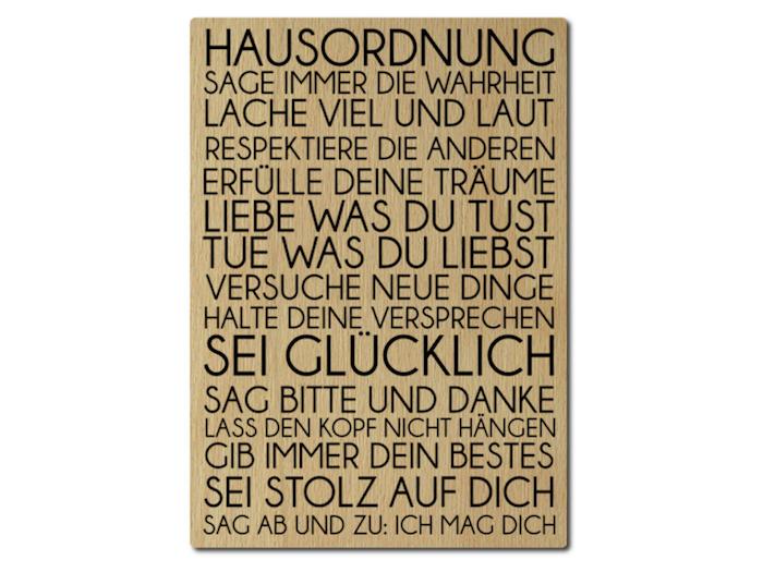 Regeln für Hausordnung im neuen Haus, aufgeschrieben mit dicken schwarzen Buchstaben auf ein Holzbrett