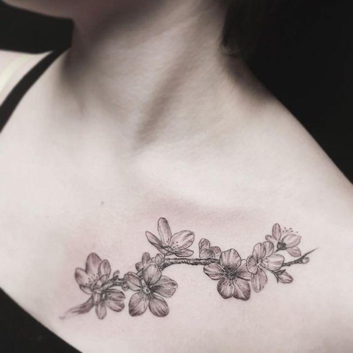 symbol für verbundheit, tätowierung mit blumen-motiv in schwarz und grau