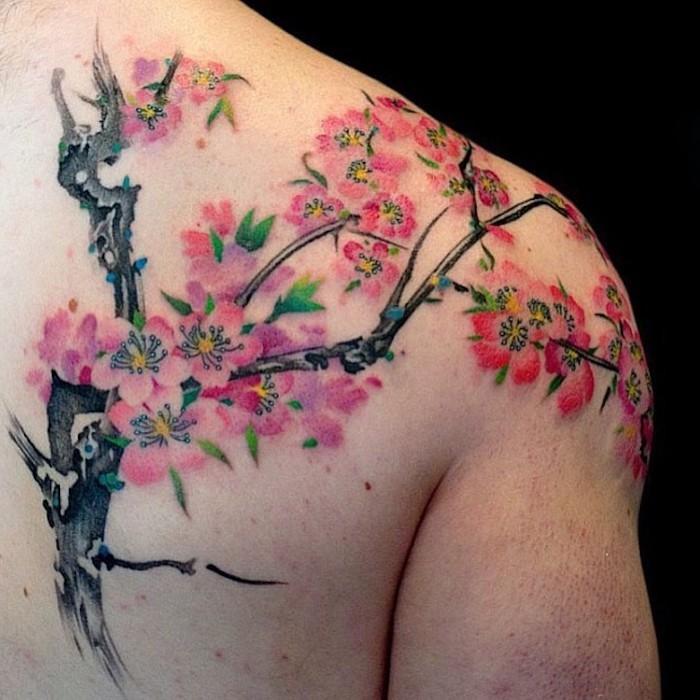 symbol für verbundheit, farbige tätowierung mit kirschbaum-motiv, rücken tattoo
