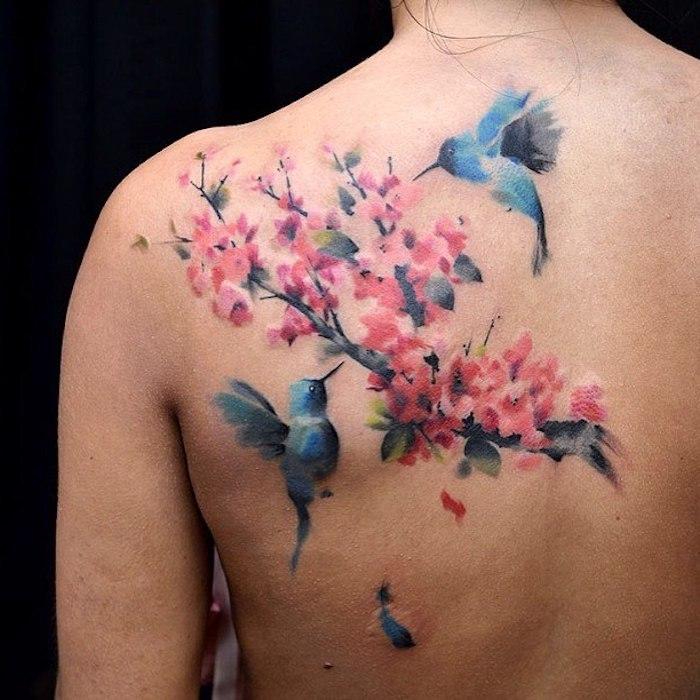 tattoo kirschblüten, rücken tätowieren, blaue vögel in kombination mit zweig mit blüten