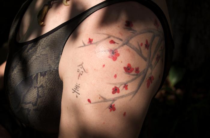 tattoo beudetung, tätowoeirung mit japanischen motiven am schulter