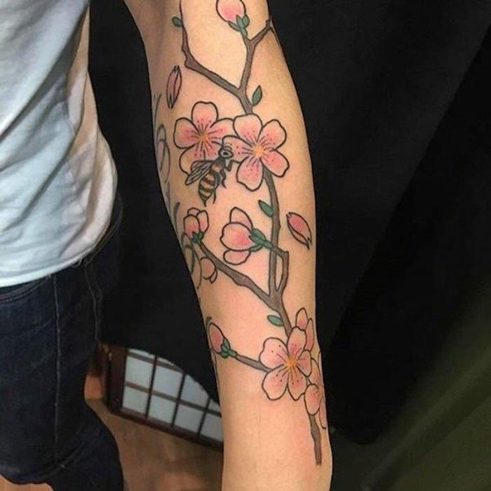 tattoos mit bedeutung, zweig mit rosa blüten am arm, unterarm tätowieren